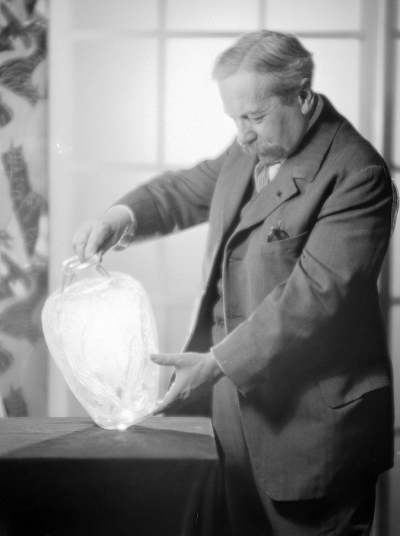 LALIQUE. WORLD MADE OF GLASS
